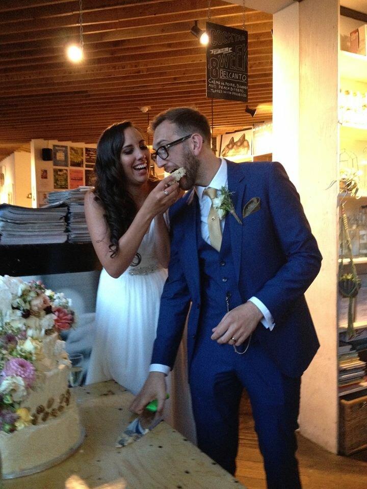 vic and leo wedding cake